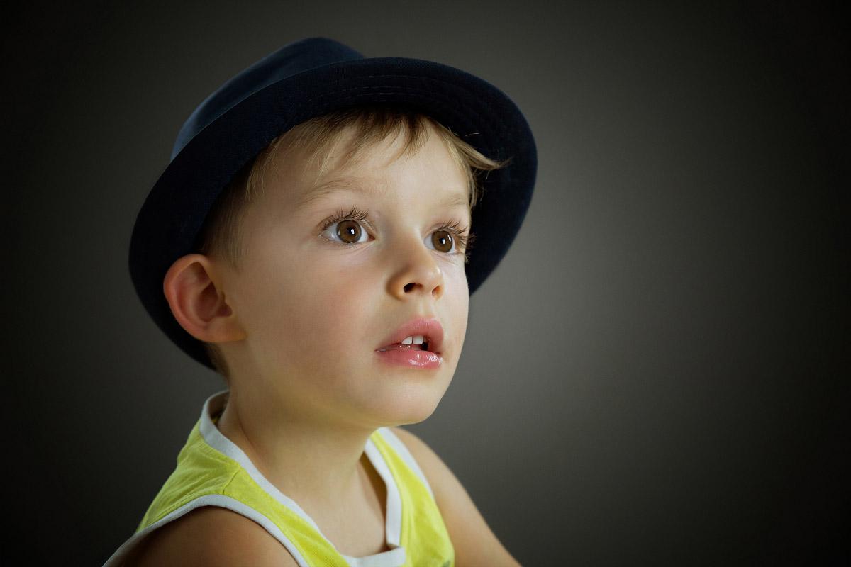 Un enfant chapeau sur la tête après retouche image