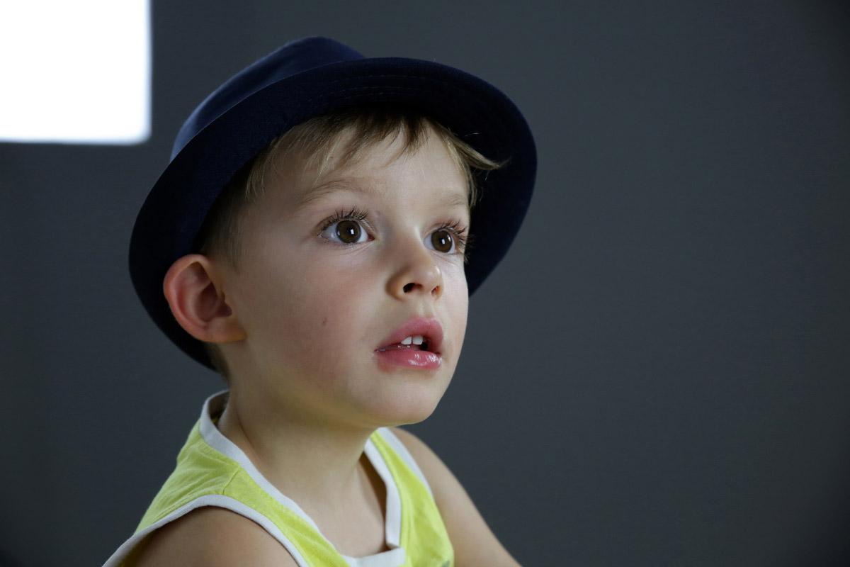 Un enfant chapeau sur la tête avant retouche image