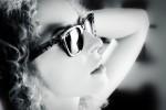Olga avec des lunettes de soleil, Portrait photo en noir et blanc, thème glamour,