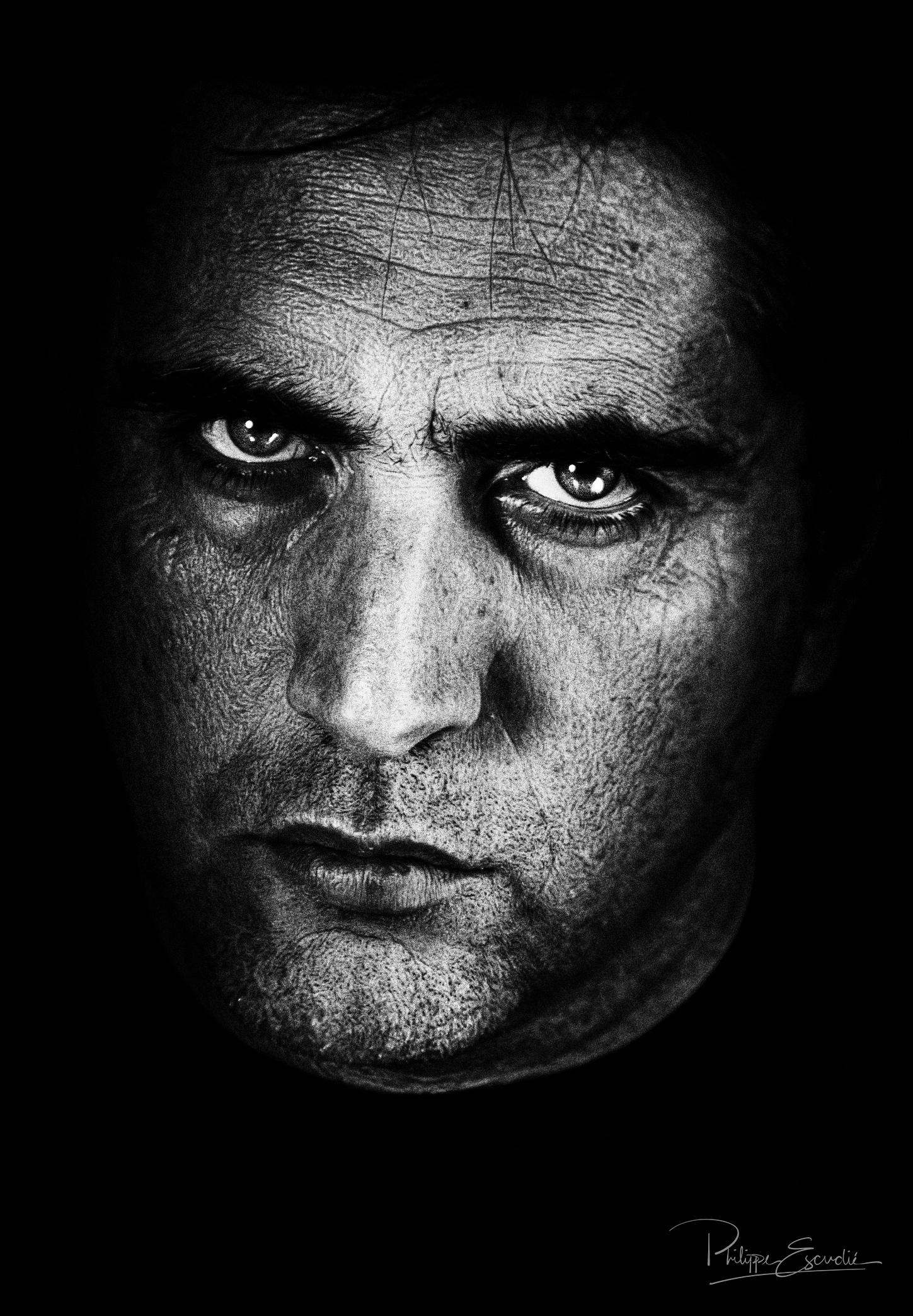 Visage de Philippe après compositing sur photoshop, rendu noir et blanc esprit lee jeffries.