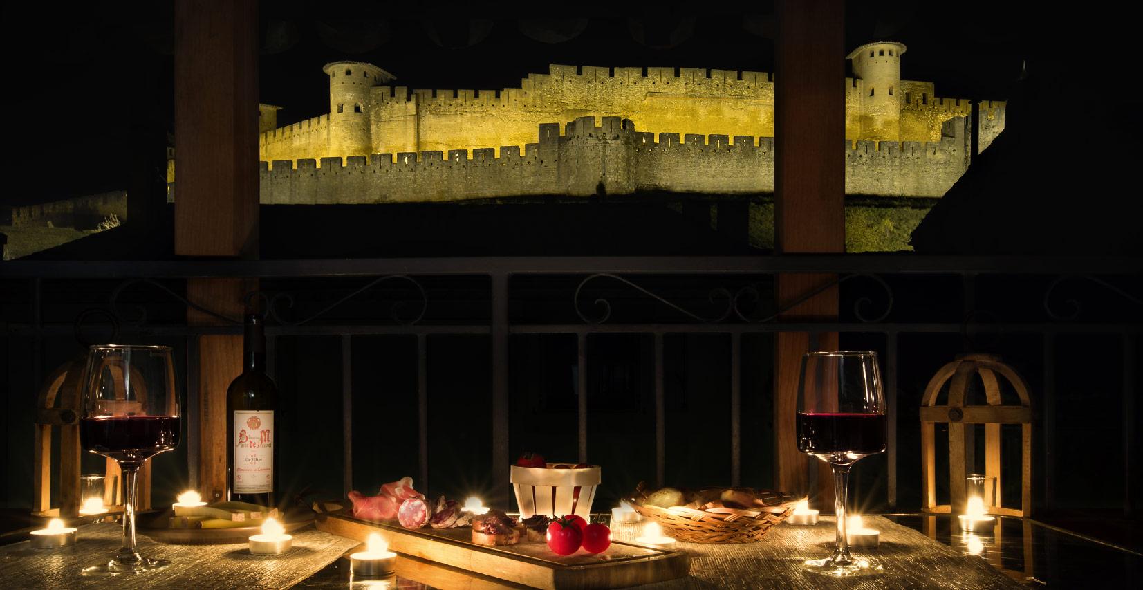 Séance photo de la maison d'hôte les Clés de la Cité à Carcassonne en ambiance apéritif de nuit