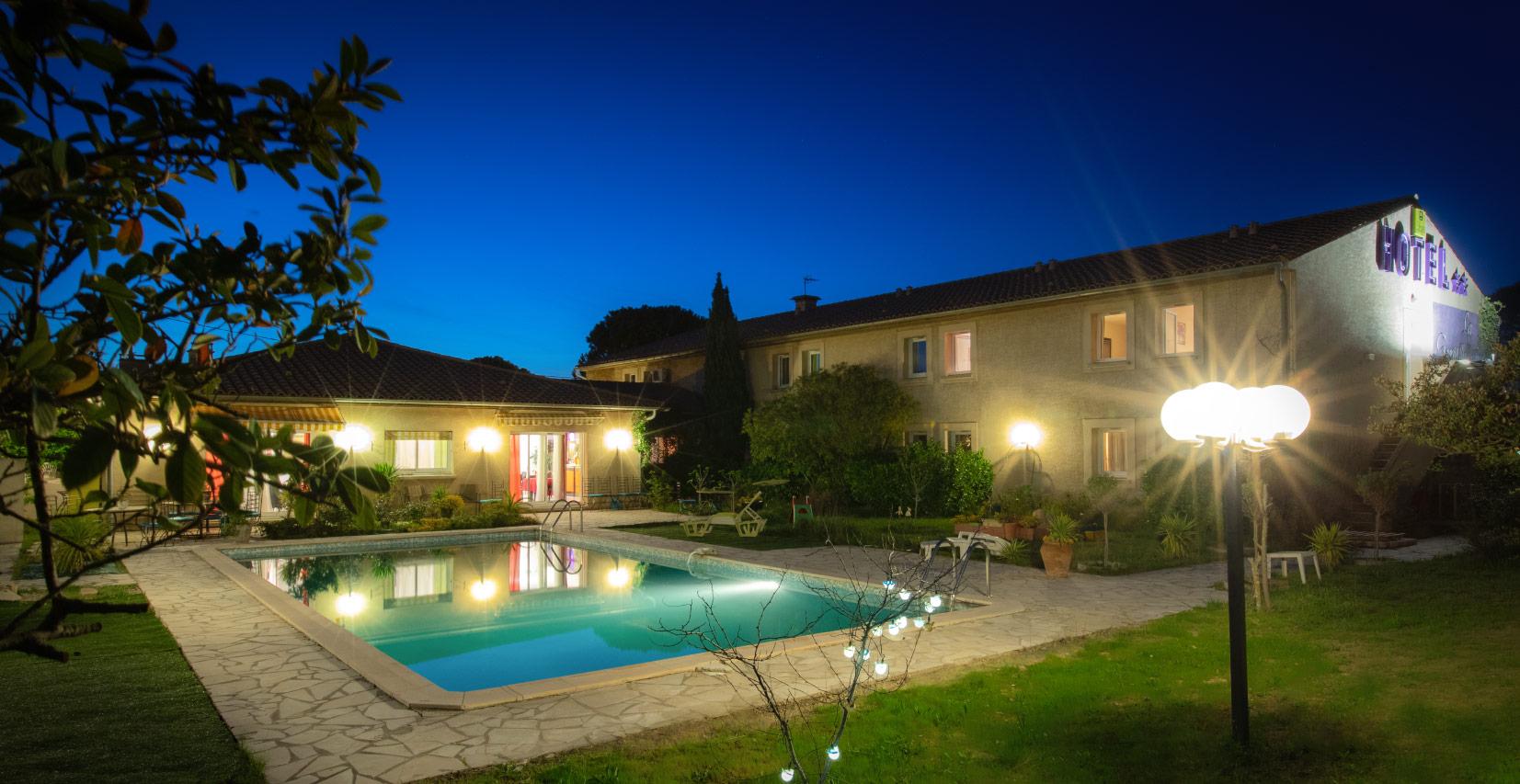 Photo de nuit du jardin de l'hôtel restaurant la Gentilhommiere à Carcassonne