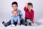 Séance en studio photo de trois enfants, un trio avec bébé son frère et sa soeur