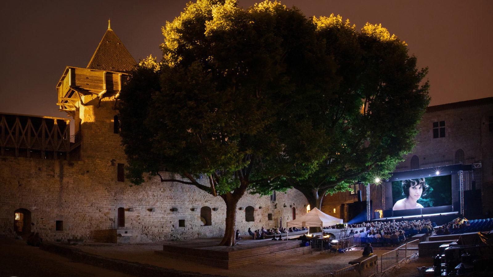 Projection en plein air de nuit sur grand écran d'un documentaire consacré à Bernadette Lafont dans la cour du Château Comtal de la Cité de carcassonne