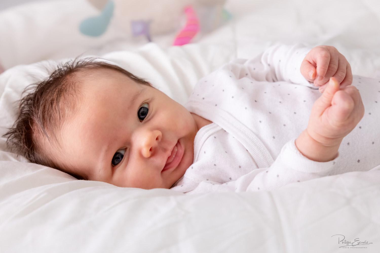 bébé allongé bouche ouverte tirant la langue