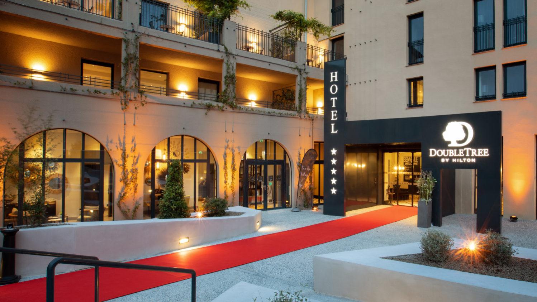 Tapis rouge de l'hôtel Hilton DoubleTree de l'extérieur jusqu'au hall d'entrée