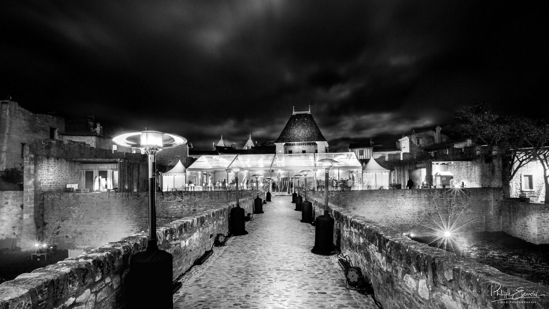 Atmosphère noir et blanc du pont du château comtal de nuit.