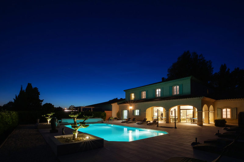 Des techniques particulières ont été utilisées pour les prises de vues nocturnes afin de mettre en avant la piscine et la batisse éclairées ainsi que la végétation tout autour.